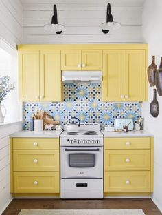 27 Best Paint Colors for Small Rooms - Painting Small Rooms Kitchen Cabinet Colors, Kitchen Paint, Home Decor Kitchen, Kitchen Interior, New Kitchen, Home Kitchens, Life Kitchen, Kitchen Ideas, Small Kitchens