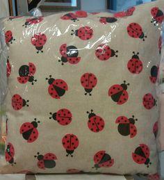Cuscino d'arredo realizzato artigianalmente con tessuto italiano e bottoni in legno