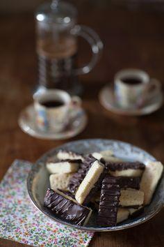 Des petits gâteaux secs et gourmands parfaits pour accompagner un café ou thé noir, voire un roibos aux épices de Noël. Tea Time, Easy, Pie, Chocolate, Desserts, Recipes, Blog, Style, Easy Delicious Recipes