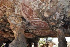 Las pinturas rupestres más antiguas del mundo al  norte de Australia. Las de Nawarla Gabarnmang, al oeste de las tierras de Arnhem, tienen una antigüedad  45.000 años.