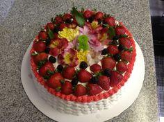 Pastel de piña y fresas .