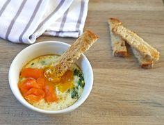 Deze romige eipotjes met zalm en spinazie zijn perfect voor een zondagse brunch.