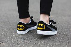 """Ledwo co wczoraj cieszyłyśmy się z premiery butów Puma Suede """"Superman"""", a już dziś mamy możliwość zaprezentować Wam wersję, która inspirowana jest innym znanym superbohaterem – Batmanem. Ogólny zamysł i rozwiązania są niemalże identyczne, zamszowa…"""