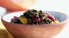 Tenhle vydatný salát je skvělý studený i teplý. Grilované papriky mu dodávají barevnos...