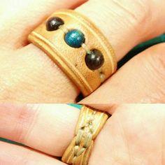 Dit is een ring van de orde Net leathet, houten kralen en waxed draad. Thats it