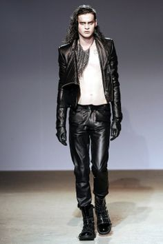 Gareth Pugh :- inspiration for at this time's vampyr - Trend Gothic Style Dark Fashion, Leather Fashion, Gothic Fashion, Mens Fashion, Men's Leather, Leather Pants, Red Hair Men, Masculine Style, Gareth Pugh