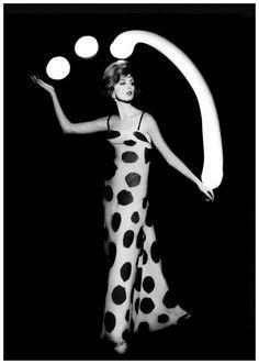 """Dorothy juggling white light balls"" Photographie de William Klein 1962"