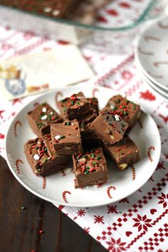 Classic Fantasy Fudge Recipe is one of the best fudge recipes out there. It's made with chocolate chips, marshmallow creme, evaporated milk and a few other ingredients and makes an easy Christmas treat that's perfect for gift giving or cookie exchanges! Homemade Fudge, Homemade Desserts, Easy Desserts, Delicious Desserts, Yummy Food, Best Chocolate Fudge Recipes, Best Fudge Recipe, Chocolate Chips, Fudge Recipe With Marshmallow Creme