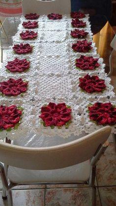 caminho de mesa de croche com flores vermelha