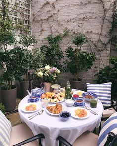 Al Fresco Breakfast Brunch Mesa, Brunch Table, Breakfast Table Setting, Breakfast In Bed, Breakfast Presentation, Picnic Time, Aesthetic Food, Afternoon Tea, Food Inspiration