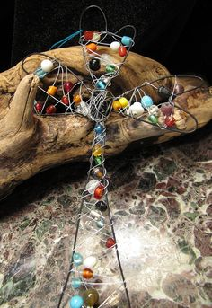 Wire Beaded Cross - VBS idea - maybe use coat hangers to shape? Children's Church Crafts, Vbs Crafts, Camping Crafts, Crafts For Kids, Faith Crafts, Jesus Crafts, Wire Coat Hangers, Metal Crafts, Wire Crafts