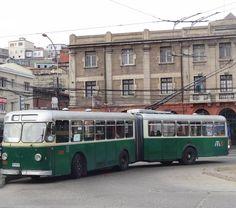 """A cidade de #Valparaiso é um vale. Para ir até as partes de cima do """"morro"""" só de funicular. Não há preparo físico que compense a ladeira não vale a pena economizar e não é um passeio. Você precisará deles para ir até a casa de Neruda que fica em Valparaíso. E ao meu ver esse é O motivo para ir até a cidade. #Chile!"""