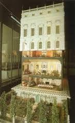 El jardin y la casa parcialmente cerrada. La casa cuenta con dos escaleras, hay dos elevadores automáticos que paran en cada piso, agua corriente caliente y fría en los cinco cuartos de baño, depositos de agua y luz eléctrica. Incluso el gramófono fue diseñado parafuncionar.