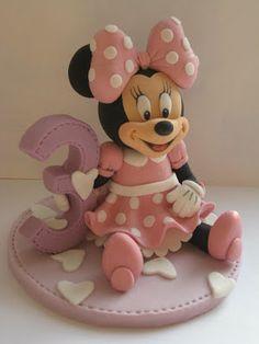 "Studio ""FONDANT DESIGN ANA"" - Figurice za torte (fondant figures): Mini Maus (Minnie Mouse) sedeca figura od fondana (sitting fondant figure)"