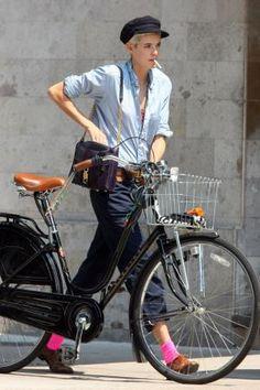Agyness Deyn and the dutch bike. It's the bike I tell you. cte meuf a une classe de fou ! Estilo Boyish, Estilo Tomboy, Cycle Chic, Hipster Grunge, Boyish Style, My Style, Agnes Deyn, Anjou Velo Vintage, Tomboy Stil