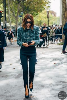 Paris Fashion Week brings with it a promise to deliver the best in street style. It's like the attendees — the influencers, editors, and celebrities 2020 Fashion Trends, Fashion 2020, Paris Fashion, Autumn Fashion, Vogue Fashion, Tokyo Fashion, India Fashion, Fashion Black, Work Fashion