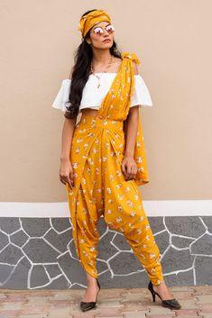 dhoti saree style * dhoti saree ` dhoti saree style ` dhoti saree how to wear ` dhoti saree anamika khanna ` dhoti saree wedding ` dhoti saree sonam kapoor ` dhoti saree designer ` dhoti saree how to drape Dress Indian Style, Indian Dresses, Indian Outfits, Muslim Women Fashion, Indian Fashion, Dhoti Saree, Patiala, Moda Indiana, Lehnga Dress