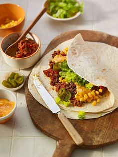 Burrito - Tortilla filled with minced meat, corn, salad and jalapeno slices Best Appetizer Recipes, Mexican Food Recipes, Healthy Recipes, Ethnic Recipes, Healthy Food, Jalapeno Recipes, Tortilla Wraps, Cooking Chef, Wrap Sandwiches