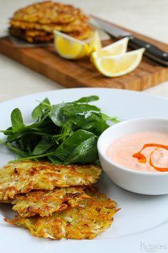 vyprážané zemiakovo-zelerové placky s jogurtovým dipom s harissou a čili olejom