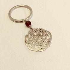 Persnalize this elegant name keyring, suitable for him or her, with this ornate round classical calligraphy design of any name or word in Arabic. Can be personalized with up to 3 names or words, and is available in an array of different diameters to choose from, in addition to