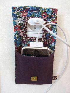 Vous connaissez des iphones addict dans la famille ? Quel meilleur cadeau que de leur offrir une pochette pour charger leur téléphone faite main ! Un cadeau personnalisé, pour les petits budgets qui saura faire plaisir à tous les membres de la famille ! Une fois la pochette terminée, n'hésitez pas à leur envoyer en France ou à l'étranger en utilisant le site de Packlink http://www.packlink.fr/fr/ pour des réductions exclusives !