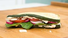 Sandwiches ohne Brot: gegrillte Zucchini, Paprikacreme & Parmesan