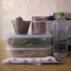 Un sándwich para el almuerzo, primero y segundo plato o ensalada y plato único, un yogur o un par de piezas de fruta para el postre y por supuesto, la bebida. Todo lo que cabe en tu lunchbag de Snailbag #Snailbag #lunchbag #tupper #tuppertime #alimentacion http://www.snailbag.es/Snailworld/blog/todo-lo-que-cabe-en-tu-lunchbag-snailbag-oficina-tuppertime/