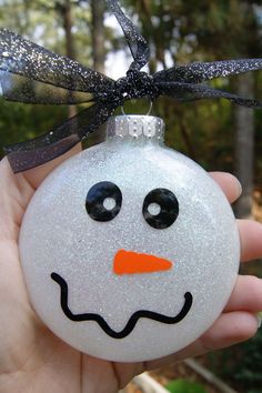 Some Diy Handmade Ornaments and Gifts Vinyl Ornaments, Christmas Ornaments To Make, Noel Christmas, Diy Christmas Gifts, Christmas Projects, Holiday Crafts, Christmas Bulbs, Christmas Decorations, Snowman Ornaments