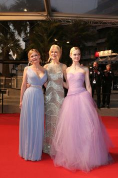 Kirsten Dunst Nicole Kidman and Elle Fanning leave the 'The Beguiled' screening during the annual Cannes Film Festival at Palais des Festivals. Kirsten Dunst, Elle Fashion, Couture Fashion, Celebrity Red Carpet, Celebrity Style, Celebrity Photos, Elle Moda, Award Show Dresses, Hollywood Red Carpet