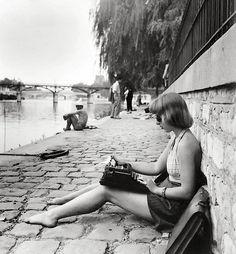 """The laptop of times past - """"Dactylo. Quai du Vert Galant, Paris"""" - by Robert Doisneau Robert Doisneau, Vintage Photographs, Vintage Photos, Great Photos, Old Photos, Foto Picture, Henri Cartier Bresson, Vivian Maier, French Photographers"""