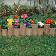 Añade una simpática cerca para cuidar que no pisen tus flores.