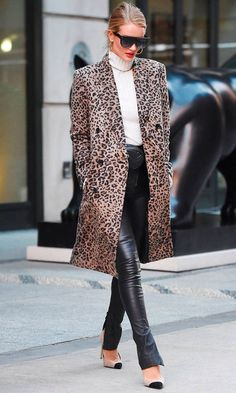 Rosie Huntington-Whiteley from Best Celeb Street Style From NYFW Winter 2018 Rosie Huntington-Whiteley from Best Celeb Street Style From NYFW Winter 2018 The model is fierce in a leopard print coat, cream turtleneck, leather pants and two-toned pumps. Joan Smalls, Rosie Huntington Whiteley, Rose Huntington, Nyfw Street Style, Looks Street Style, Street Styles, Street Chic, Look Office, Sport Chic