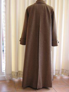 Centre back pleat in raglan coat