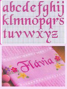 Mono rosa Cross Stitch Letters, Cross Stitch Flowers, Needlepoint Stitches, Needlework, Embroidery Fonts, Cross Stitch Designs, Stitch Patterns, Crochet Patterns, Cross Stitching