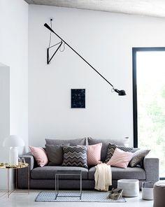 Salones modernos de estilo contemporáneo en gris con toques rosa palo