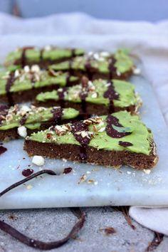 Kanelkladdkaka med avokadofrosting och mörk choklad Vegan Cheesecake, Desserts, Food, Tailgate Desserts, Deserts, Meals, Dessert, Yemek, Eten