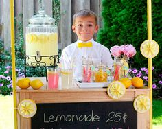 Get the kids outside and enjoying the sunshine with this Summer Lemonade Stand. Complete with directions on how to make the whole stand, this tutorial from Fiskars is a must for families who enjoy spending quality time together outside. Limonade Rose, Kids Lemonade Stands, Activities For Kids, Crafts For Kids, Party Fiesta, Pink Lemonade, Alexs Lemonade, Lemonade Sign, Bake Sale