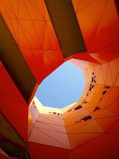 O projeto para Orange Cube foi concebido como um simples «cubo» ortogonal na qual um buraco gigante é esculpido, respondendo às necessidades de luz, a circulação do ar e as vistas. Este buraco cria um vazio, perfurando o edifício horizontal de um lado do rio para dentro e para cima, através do terraço.  Fotografia: Roland Halbe.  http://www.archdaily.com/111341/the-orange-cube-jakob-macfarlane-architects