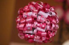 Você pode fazer topiaria de fitas diversas, coloridas e estampadas para decorar primorosa a sua festa. E como você pode também mudar o estilo das fitas,