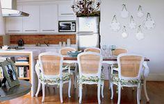 A sala de jantar da designer Vanessa Guimarães é delicada e tem estilo Provence. Detalhe romântico: os pratos que decoram a parede foram pendurados com fitinhas