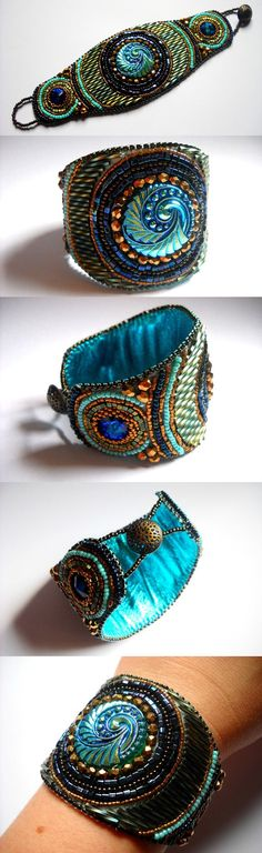 Bead Embroidery bracelete de turquesa azul da pérola bordado - Esta peça foi composta por belo botão de vidro Checa vintage (27 mm) e 2 Cristal Swarovski rivolis (14 mm), rodeado por pérolas de vidro Toho japonês. Fechamento com botão de padrão antigo de bronze celta.   medidas Pulseira 2 1/4 x 7 1/2 polegadas (55 x 195 mm). O apoio é de couro genuíno buttersoft.