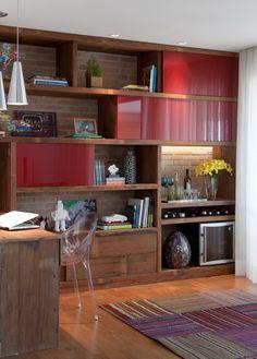 As estantes são funcionais e atuam como elemento de decoração. Trabalhar com vários nichos, com trechos abertos e outros fechados, valorizam o espaço. A escolha dos objetos é o detalhe que traz vida e personalidade ao móvel.