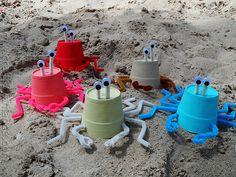 Cangrejos con vasos de styrofoam. Styrofoam Cup Sea Crabs