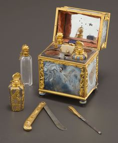 A GEORGE III AGATE AND GOLD FITTED NECESSAIRE Maker unknown, England , circa 1800