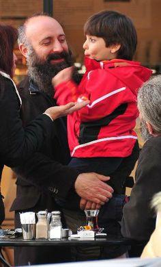 """HALİT ERGENÇ VE OĞLU 10 NİSAN 2014 BEĞENİYLE izlenen """"Muhteşem Yüzyıl"""" dizisinde Kanuni Sultan Süleyman'ı canlandıran Halit Ergenç, önceki gün oğlu Ali'yle Nişantaşı'nda görüntülendi."""