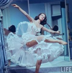 "Cyd Charisse, ""Silk Stockings"" - at at time when actually showing stocking tops in Hollywood films wasn't allowed, so she wears tights. ""Silk Tights"" doesn't sound so good. Vintage Glamour, Lingerie Vintage, Vintage Beauty, Vintage Fashion, Vintage Burlesque, Luxury Lingerie, Hollywood Glamour, Classic Hollywood, Old Hollywood"