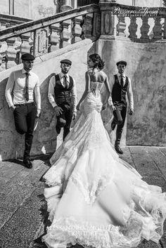 Per il 2016 Alessandro Couture ha immaginato una sposa vestita di fiori, ricami e sensuali scollature. Gli abiti da sposa Alessandro Couture in esclusiva nei nostri atelier.