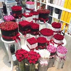 How to Choose Best Valentine's Day Flower Delivery Service in NYC Diy Flower Boxes, Flower Box Gift, The Million Roses, Black And Red Roses, Gift Wraping, Flower Delivery Service, Forever Rose, Valentines Flowers, Luxury Flowers