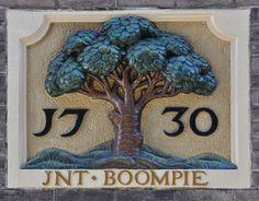 Admiraal de Ruyterweg 406, Amsterdam Bij de Boomskerk Al kort na de Alteratie in 1578 stichtte pater Stephanus Canisius in het pand van brouwerij 't Boompje in de Kalverstraat bij de Munt heimelijk een Katholiek schuilkerkje. In 1661 werd de gevel aan de Kalverstraat verbouwd tot een onopvallende, dubbele woonhuisgevel van zes ramen breed onder een simpele gootlijst. Boven de vensters van de eerste verdieping van cartouches met Ao 1661, geflankeerd door gebeeldhouwde festoenen. In de loo...