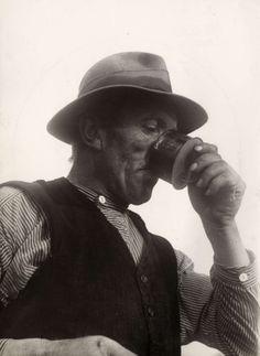 """Turf. Artikel over """"De Peelwerker"""" Een verlaten en moerassige plaetse. Geschreven door Antoon Coolen in Het Leven 1936. Foto:Onder de arbeid wordt een verkwikkende teug uit de schel van de drinkerskruik genomen. #NoordBrabant #Peel"""